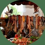 Stół wiejski z szynkami i kiełbasami swoiskimi