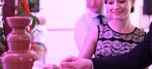 goście weselni korzystający z fontanny czekoladowej